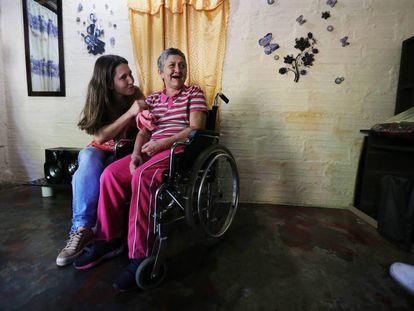 María Nelly (derecha), una de las pacientes con alzhéimer hereditario de Antioquía (Colombia) que participa en el estudio de esta enfermedad liderado por Francisco Lopera, junto a su hija Yaned.
