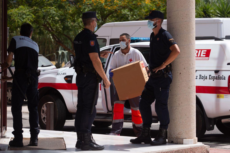 Un miembro de la Cruz Roja lleva material sanitario al Centro de Acogida, Emergencia y Derivación de Cruz Roja de Málaga.