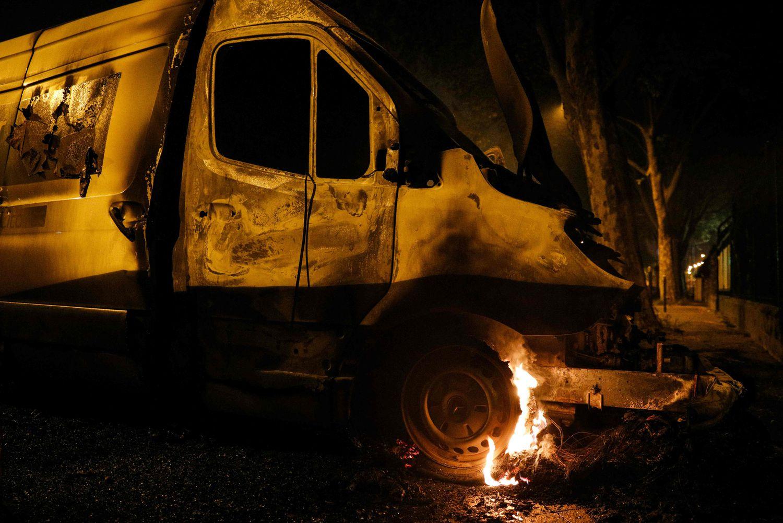 Restos de una camioneta incendiada durante los disturbios la noche del domingo en el suburbio parisino de Villeneuve-la-Garenne. En vídeo, imágenes de los incidentes en la capital francesa. AFP