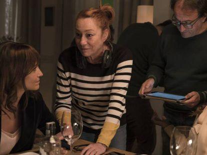 Gracia Querejeta, en medio, con Patricia Echevarría y Juana Acosta, en el rodaje de 'Ola de crímenes'.