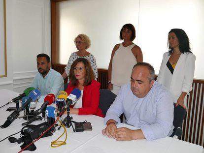 La alcaldesa de Cartagena, Ana Belén Castejón, (rojo) junto al resto de concejales este miércoles en un hotel.