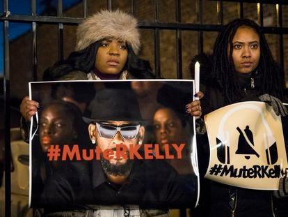 Activistas del movimiento #MuteRKelly (Silenciemos a R. Kelly), en una protesta contra el cantante a las puertas de su estudio en Chicago, en 2019.