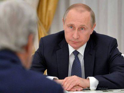 Putin conversa con Kerry (de espaldas) en Moscú.