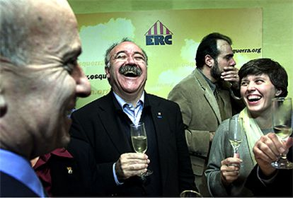 De izquierda a derecha, Pere Esteve, Josep Lluís Carod y   Joan Ridao, ayer,  celebrando los resultados con cava.