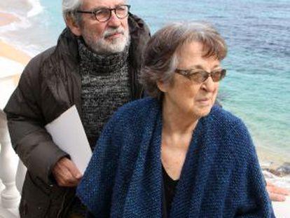 Los hermanos Esther y Oscar Tusquets, en el Hotel Costa Brava en Platja d' Aro (Girona), escenario de los veranos de su infancia.