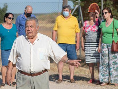 Manuel Navas, delante, y otros afectados por el uranio de la planta de Andújar (Jaén), el 7 de julio.