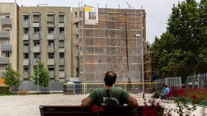 Mural de Gonzalo Borondo, en el Poblenou, tapado por el andamio de unas obras para hacer un jardín vertical.