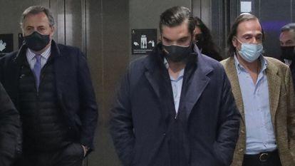Los tres hijos mayores de Fernando Fernández Tapias, Fernando, Borja e Iñigo, a su llegada a los juzgados el pasado 2 de marzo.