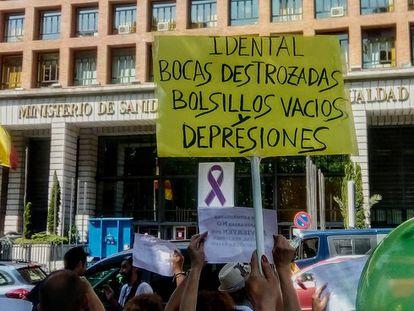 Afectados por el cierre de iDental protestan frente al Ministerio de Sanidad en Madrid, el pasado julio.