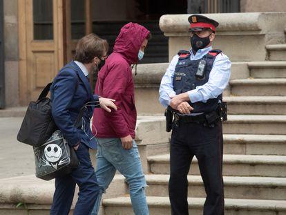 Uno de los acusados por la violación grupal de Sabadell, a su llegada al juicio este miércoles.