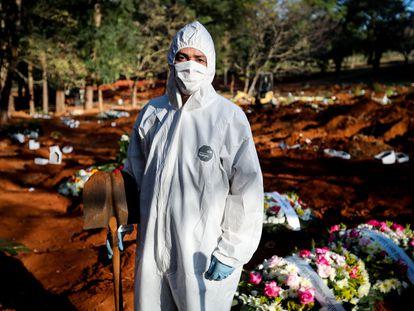 James Alan, coordinador de los sepultureros del cementerio Vila Formosa de São Paulo (Brasil), el 18 de mayo.
