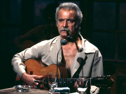 """Georges Brassens in the guitar and the pipe in the mouth on the set """"""""Number one"""""""".   (Photo by Jean Pierre Leteuil/INA via Getty Images)"""