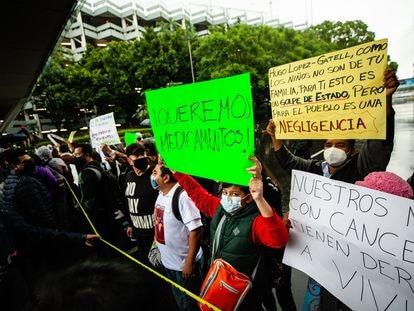 Familiares de niños con cáncer bloquean el acceso al aeropuerto de Ciudad de México, este miércoles.