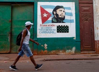 Un hombre pasa caminando frente a un grafiti de Fidel Castro, el día 16, en La Habana, Cuba.