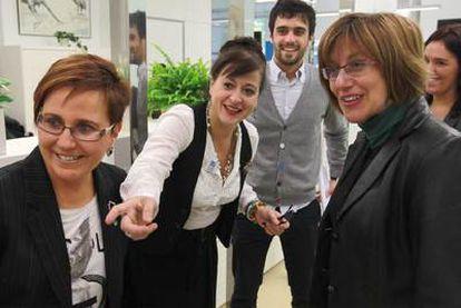 María José Olaziregi, Aizpea Goenaga (centro) y Blanca Urgell, ayer en la nueva sede del Instituto Etxepare en San Sebastián.