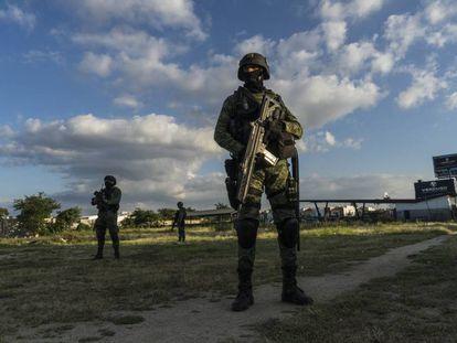 Militares durante un recorrido por las calles de Culiacán, Sinaloa.