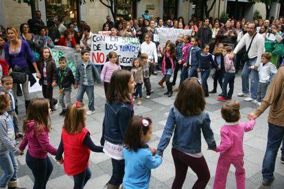 Manifestación de los padres de los alumnos afectados por la huelga de limpieza en Jerez.