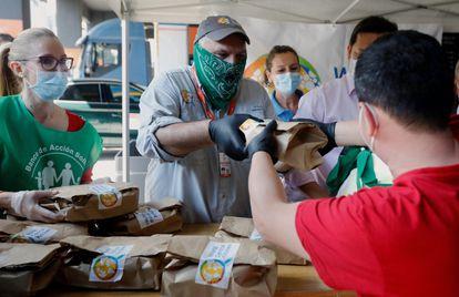 José Andrés, en el centro de la imagen, participando en un reparto de menús por la crisis económica y social derivada de la pandemia por coronavirus en Valencia en junio de 2020.