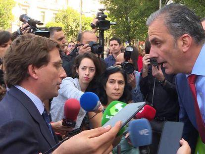 El alcalde de Madrid, José Luis Martínez- Almeida, se enfrenta a Vox por una pancarta que niega la violencia de género, el pasado 19 de septiembre. En vídeo, la importancia de por qué hay que llamar a la violencia machista por su nombre.