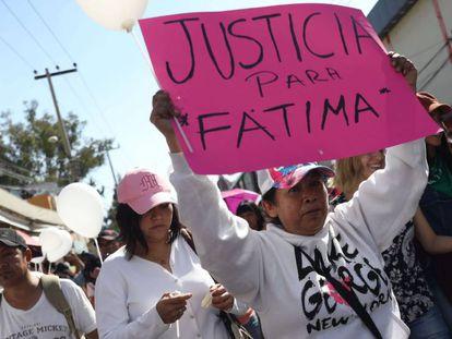 Familiares y vecinos se manifiestan por el asesinato de Fátima, este lunes en Ciudad de México.