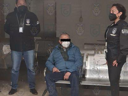 El diputado Saúl Huerta (centro) durante su detención esta madrugada en Ciudad de México.