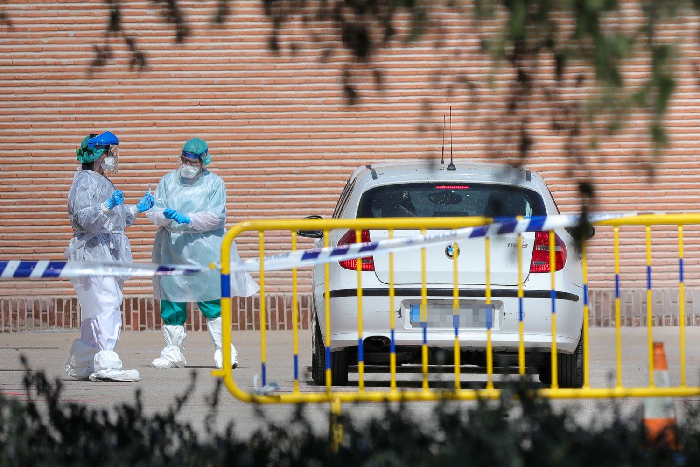 Sanitarios se preparan para administrar los tests rápidos de coronavirus en la Casa de Campo, en Madrid.
