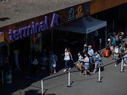 Grupos de turistas a su llegada al puerto de Barcelona, el 26 de junio.