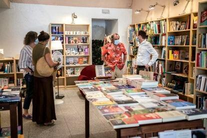 Rafael Reig firmando libros en la librería Cervantes y Compañía.