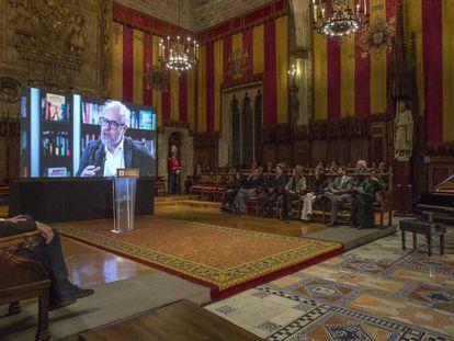Un momento de la entrega de la medalla de oro al mérito cultural, a titulo póstumo, al editor Claudio Lopez Lamadrid, en el Ayuntamiento de Barcelona.