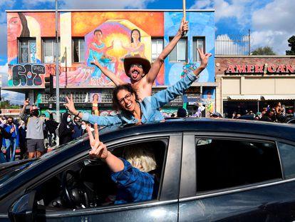 Algunos seguidores de Biden celebran el triunfo en Los Ángeles (California).