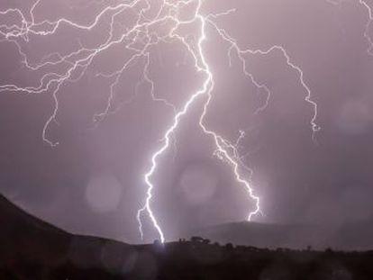 Los rayos generan temperaturas más altas que la de la superficie solar, por encima de 20.000 grados Celsius