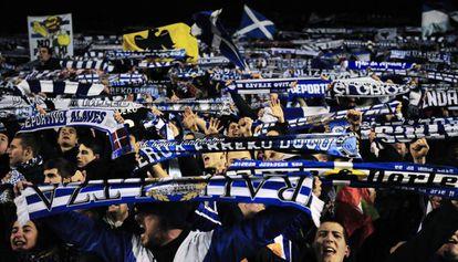 Aficionados del Alavés celebran la victoria de su equipo.