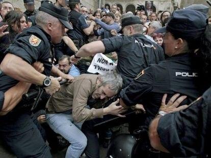 La policía intenta dispersar a los manifestantes, en Santiago.