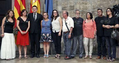 El presidente de la Generalitat, Ximo Puig, junto a la presidenta de la Asociación de Víctimas del Metro 3 de Julio, Beatriz Garrote, y miembros de la entidad y el Gobierno en el Palau de la Generalitat.