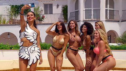 Cristina Pedroche se hace una foto con las concursantes de 'Love Island'.
