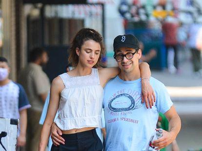 Margaret Qualley y Jack Antonoff, fotografiados el pasado 14 de agosto paseando por las calles de Nueva York.
