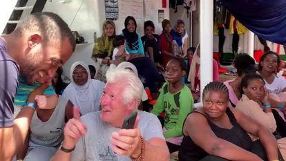 El actor Richard Gere con algunos de los inmigrantes y miembros de la tripulación del barco humanitario español 'Open Arms'.