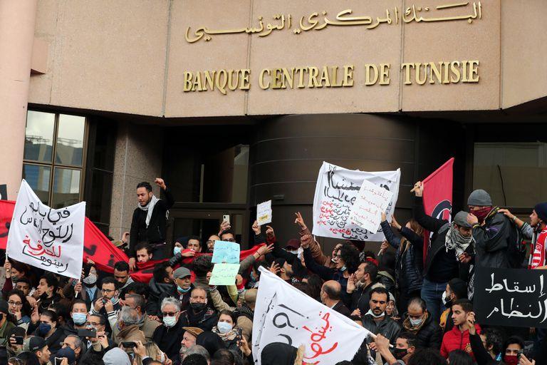 Manifestación contra el Gobierno frente al Banco Central de Túnez,  este sábado en la capital.
