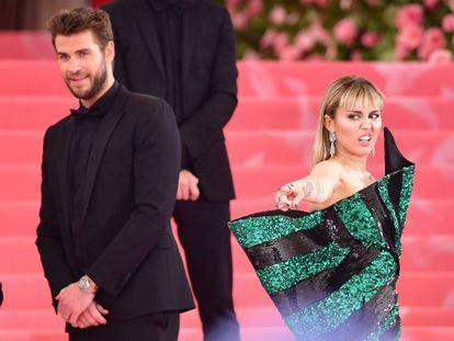 Esta imagen de Liam Hemsworth y Miley Cyrus en la pasada Gala Met, una de sus últimas apariciones juntos, ilustra a la perfección la percepción que tiene el gran público de su ruptura: él, la víctima; ella, el verdugo.