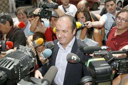 El presidente de la Diputación de Alicante, José Joaquín Ripoll, rodeado de periodistas y cámaras a su llegada al juzgado de Orihuela.