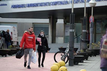 Dos personas a la salida del hospital Universitario de Álava-Txagorritxu, en Vitoria.
