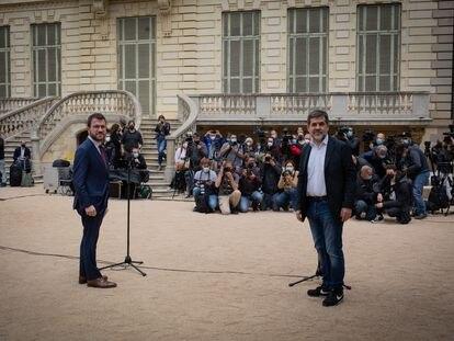 El president de la Generalitat en funciones, Pere Aragonès (i) y el secretario general de Junts, Jordi Sànchez (d) durante una rueda de prensa en los jardines del Palau Robert. Europa Press