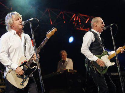 Rick Parfitt, a la izquierda, con Francis Rossi (R) durante un concierto de Status Quo en Suiza.