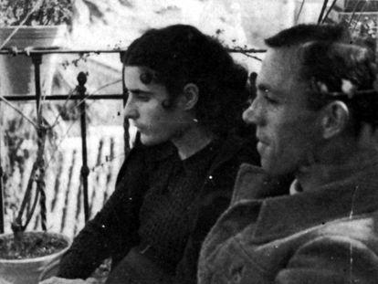 Miguel Hernández junto a su esposa Josefina Manresa hacia 1937.