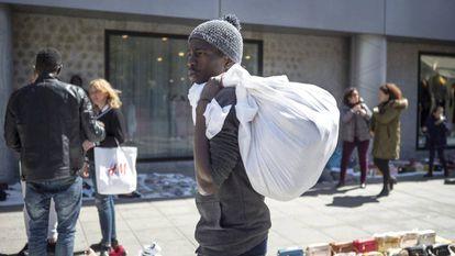 Seringe Abdou Diop, mantero senegalés, vendiendo en Sevilla.