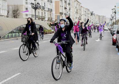 Varias mujeres participan en una 'Bicicletada Feminista' en Santander (Cantabria), el domingo.