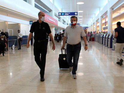 El senador texano Ted Cruz, este jueves en el aeropuerto de Cancún (México), cuando se disponía a volar de regreso de Estados Unidos.