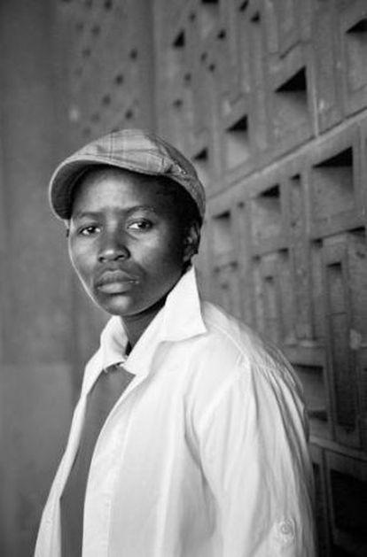 La Casa África de Las Palmas de Gran Canaria dedica una retrospectiva a la fotógrafa sudafricana Zanele Muholi, que muestra su proyecto Faces and Phases, la historia de mujeres castigadas por su pobreza, color de piel y condición sexual, como Amogelang Senokwane.