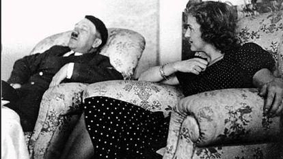Hitler descansando con Eva Braun.