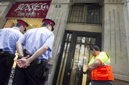 Los Mossos d'Esquadra frente a la vivienda en Barcelona de la mujer asesinada a manos de su pareja.
